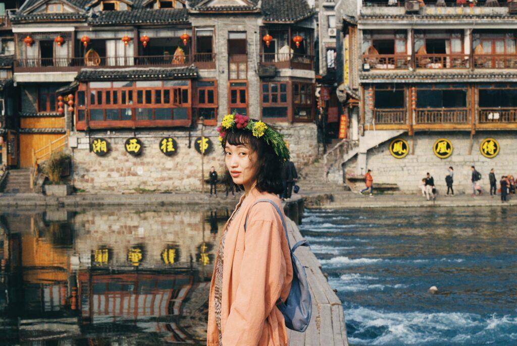 młoda chinka stojąca przy rzece
